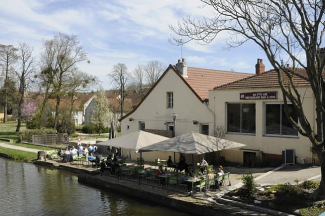 11-a-tempting-restaurant-by-the-canal