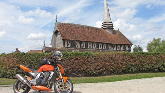 a stop in front of an old wooden church (photo CRT)