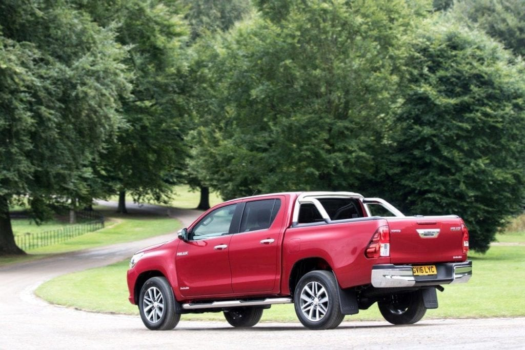2016-hilux-invincible-ext-dynamic-3