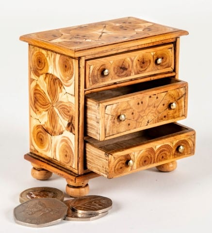 Pic Beautiful chest of drawers by Masters Miniatures
