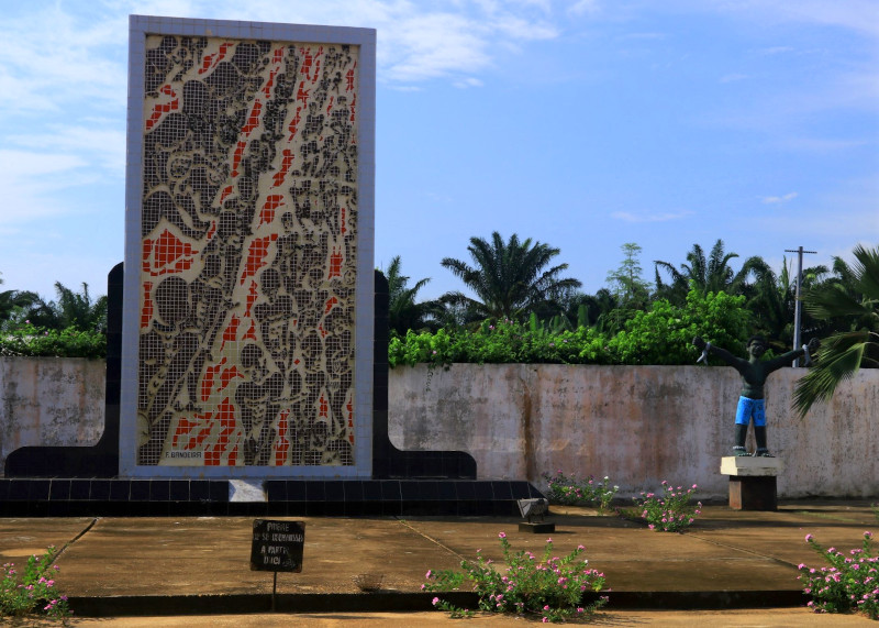 Mural by F Bandeira depicitng false freedom by death at the communal grave