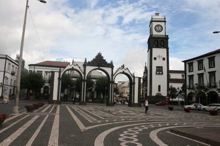 The capital Ponta Delgada reminds you of Lisbon