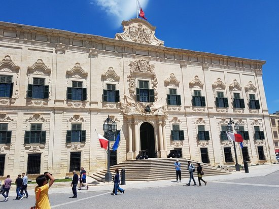 MalDia The Auberge de Castile probably the most beautiful of Auberges and today the Office of the Prime Minister in Valletta