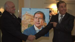 MalDia-04-23-12-20-Presenting-his-portrait-to-Dr-George-Abela-President-of-Malta-at-the-time