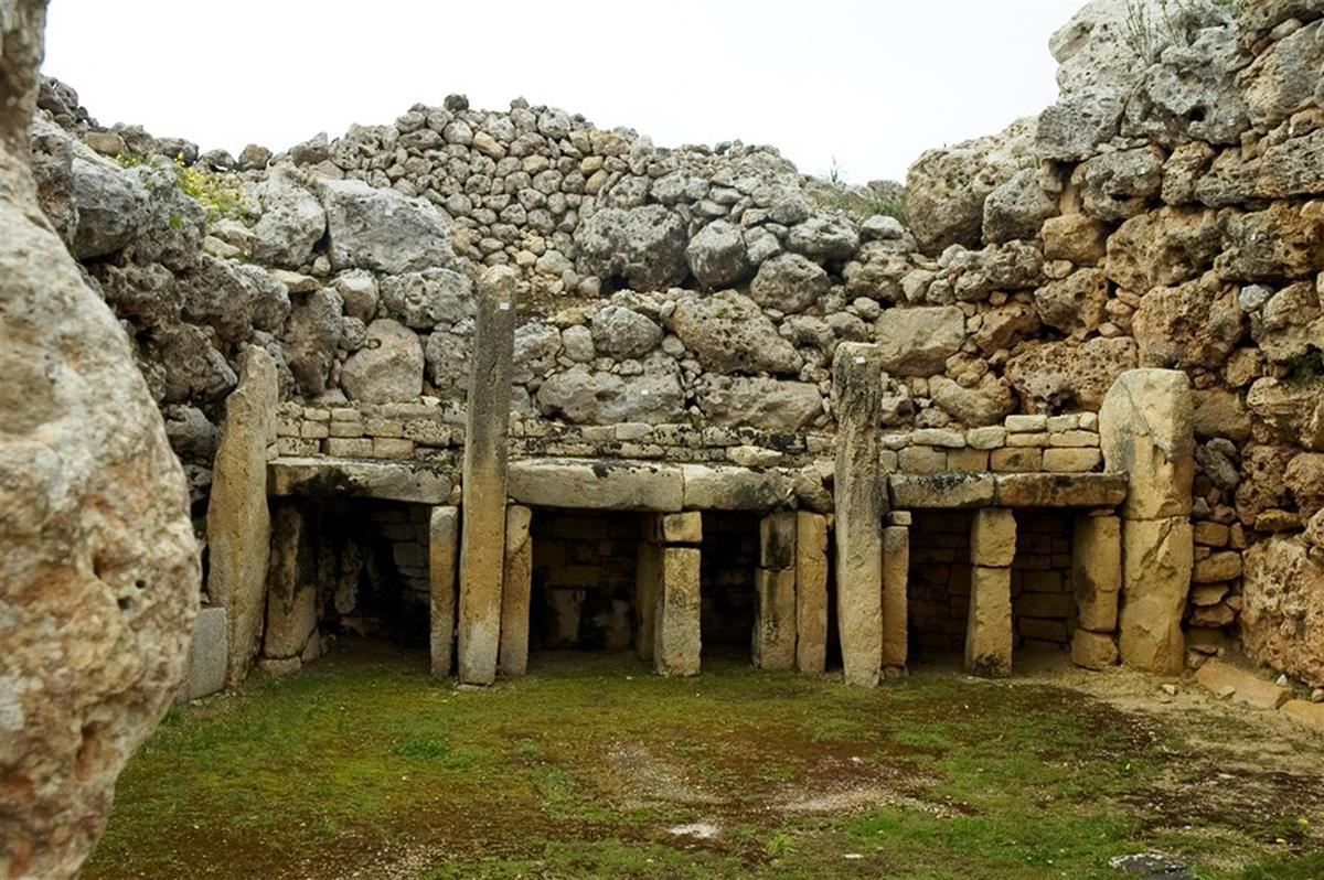 MalDia-13-20-01-21-Sacrificial-niches-but-also-foundations-for-the-temple