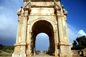 3.-Confronted-by-the-imposing-Arch-of-Septimius-Severus.