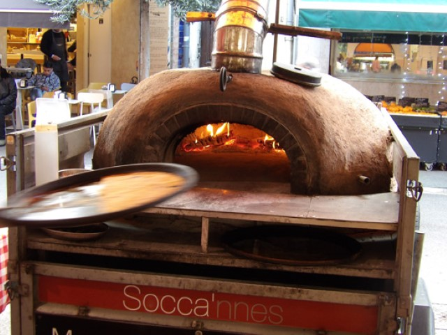 8-Traditionnal-socca-oven-in-Cannes