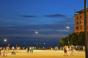 15-Enjoying-a-warm-evening-on-Aristopoulos-square-