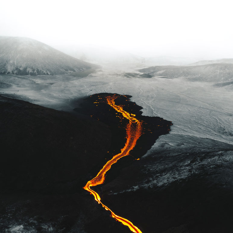 4-Flow-of-lava-in-the-snow