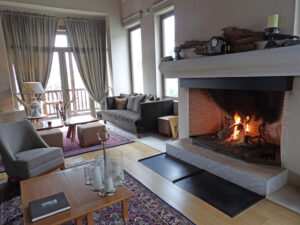 9-The-Pines-stylish-lounge-and-bar-at-Grand-Forest-Metsovo