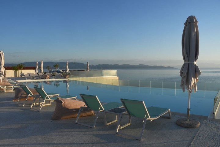 6-the-infinite-swimming-pool-and-the-sea-at-Mount-Athos-Resort