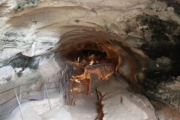 MalDia-01-08-09-21-Ghar-Dalam-The-Cave-of-Darkness-extinct-river-bed-with-proof-of-landbridge-between-Malta-and-Africa